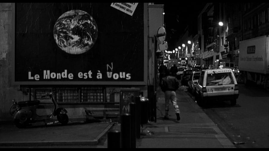 """Eredeti felirat: """"A világ a tiétek."""" Átfújt: """"A világ a miénk."""