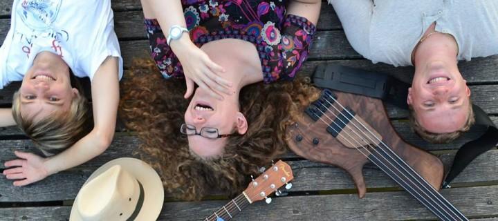 Valódi zene, valódi emberektől, akik valódi hangszereken játszanak – ajánló a PlugIN zenekarról
