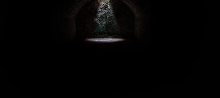 A sötétség szavai – ajánló Kiss Márton Nem félünk a sötétben című könyvéről