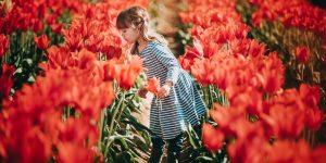 Virágot lépő lány